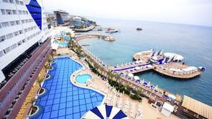 Een binnenzwembad, 2 buitenzwembaden, parasols voor strand/zwembad