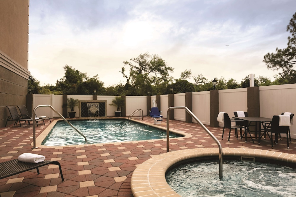 Outdoor Pool, Country Inn & Suites by Radisson, Tampa Airport North, FL