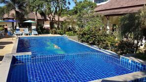 Una piscina al aire libre (de 7:30 a 19:30), sombrillas