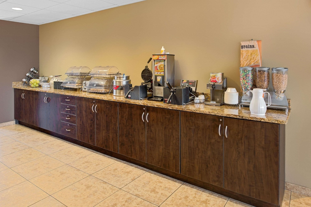 Breakfast buffet, Microtel Inn & Suites by Wyndham Council Bluffs/Omaha