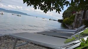 Aan het strand, ligstoelen aan het strand, parasols, strandlakens
