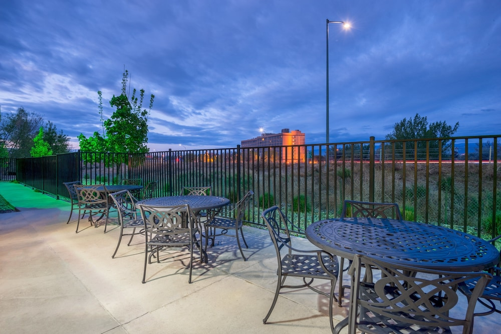 Outdoor Dining, Holiday Inn and Suites Grand Junction, an IHG Hotel