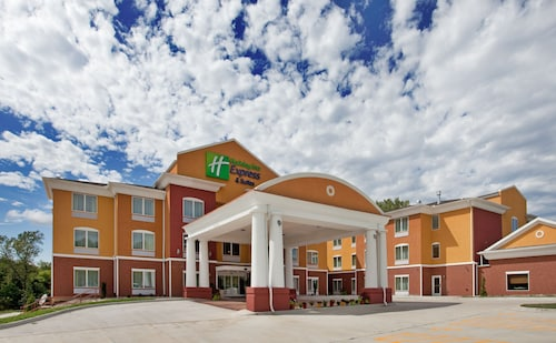 Great Place to stay Holiday Inn Express Hotel & Stes Kansas City Sports Complex near Kansas City