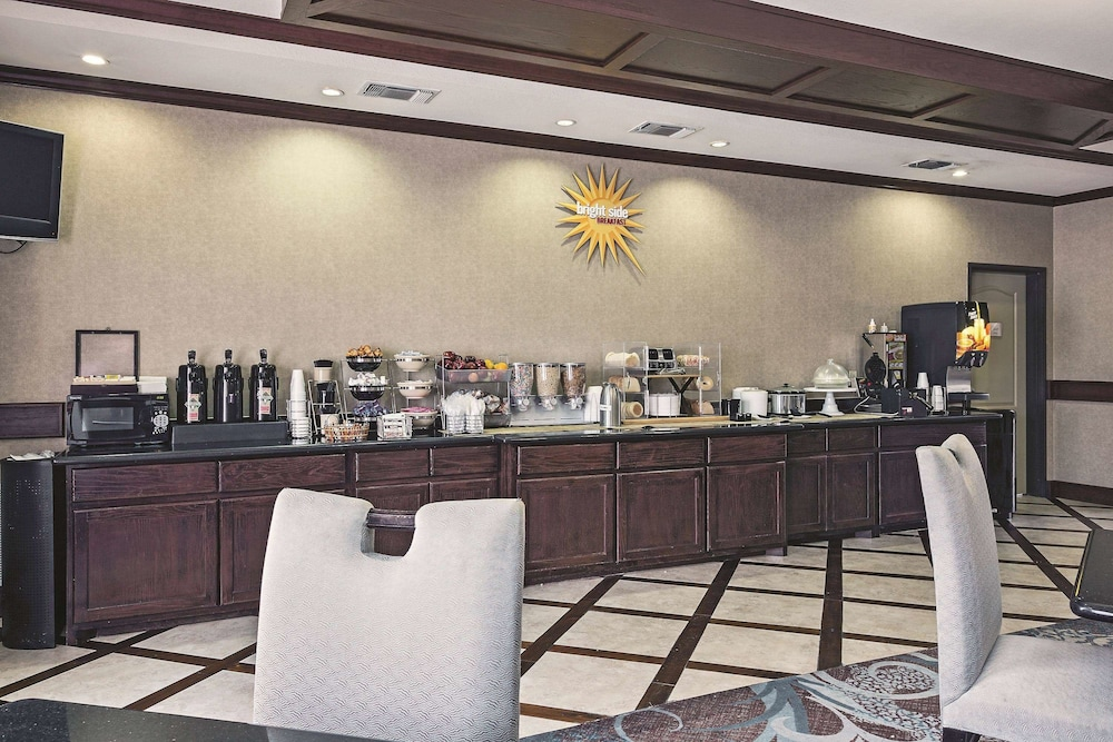 Breakfast Area, La Quinta Inn & Suites by Wyndham DFW Airport West - Euless