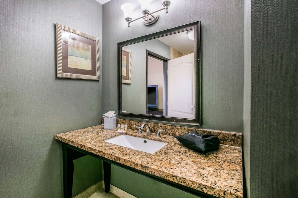 Bathroom, La Quinta Inn & Suites by Wyndham DFW Airport West - Euless