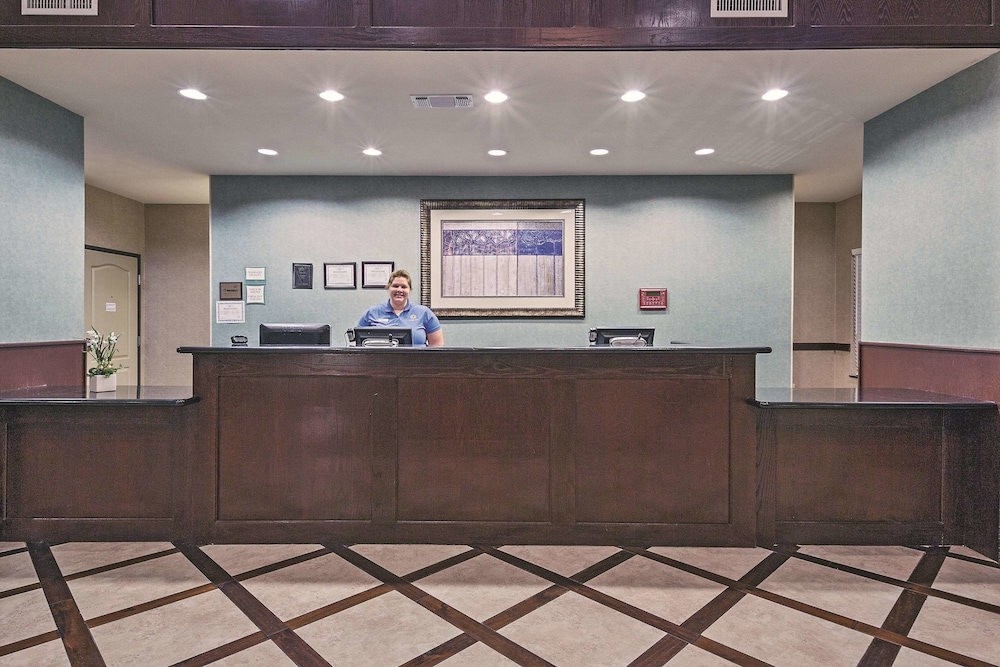 Lobby, La Quinta Inn & Suites by Wyndham DFW Airport West - Euless