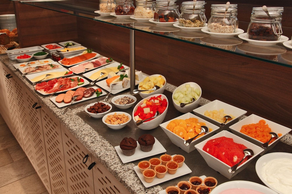 Breakfast buffet, H+ Hotel Lübeck