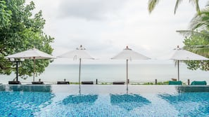 室外游泳池,池畔遮阳伞