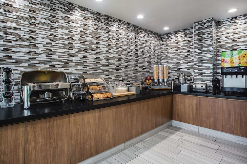Breakfast Area, La Quinta Inn & Suites by Wyndham Winchester