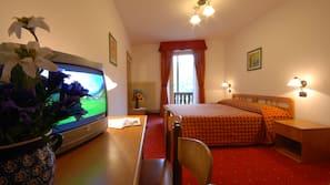 Ropa de cama hipoalergénica, caja fuerte, escritorio y wifi (de pago)