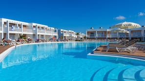 3 outdoor pools, open 10:00 AM to 6:00 PM, pool loungers