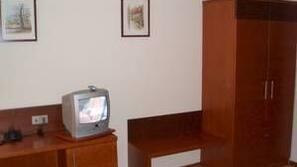 Schreibtisch, Bügeleisen/Bügelbrett, kostenlose Babybetten