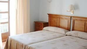 Tabla de planchar con plancha y ropa de cama