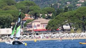 Una spiaggia nelle vicinanze, ombrelloni, teli da spiaggia
