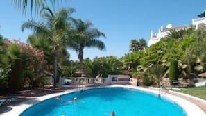 6 outdoor pools