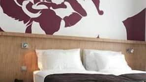 Pengeskab på værelset, skrivebord, strygejern/strygebræt, ekstra senge