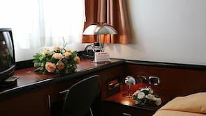 迷你吧、书桌、隔音、免费 WiFi
