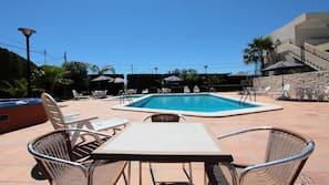 Piscina al aire libre (de 10:00 a 20:00), tumbonas