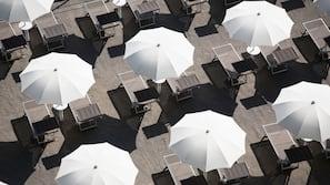 Chaises longues, parasols