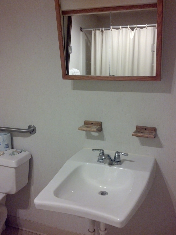 Bathroom, Oswego Inn