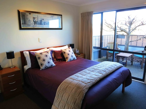 taupo accommodation 126 hotels in taupo wotif. Black Bedroom Furniture Sets. Home Design Ideas