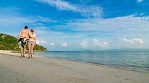 บนชายหาด, ทรายสีขาว, เก้าอี้อาบแดด, ร่มชายหาด