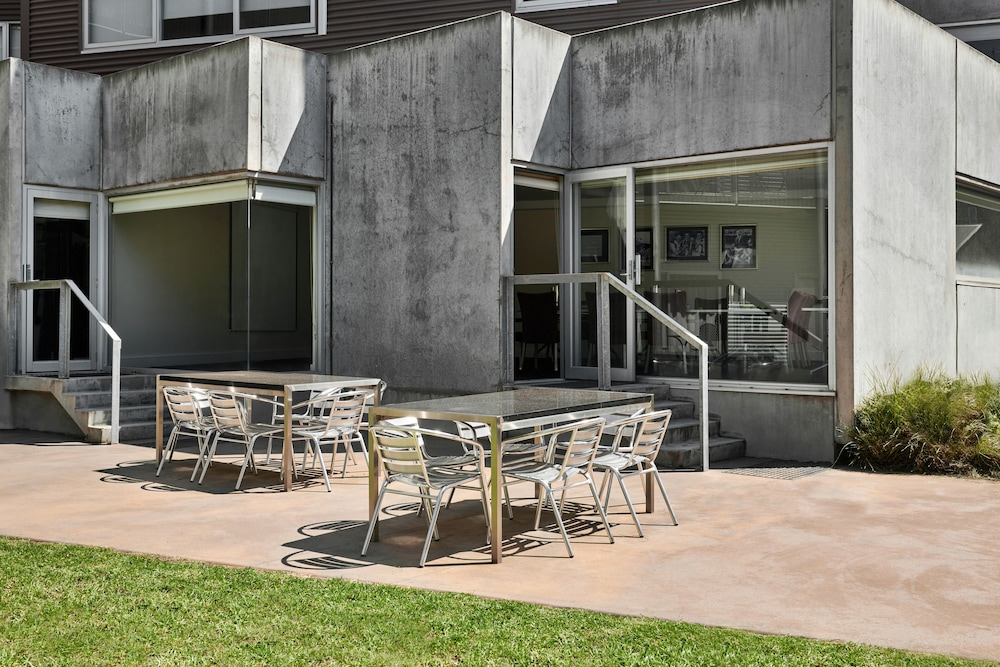 Courtyard, Punthill Essendon Grand