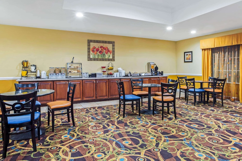Breakfast Area, La Quinta Inn & Suites by Wyndham Mobile Satsuma / Saraland