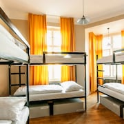 8 Bed Mixed Dormitory with Shared bathroom - Guestroom