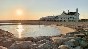 Praia particular, espreguiçadeiras, guarda-sóis, toalhas de praia