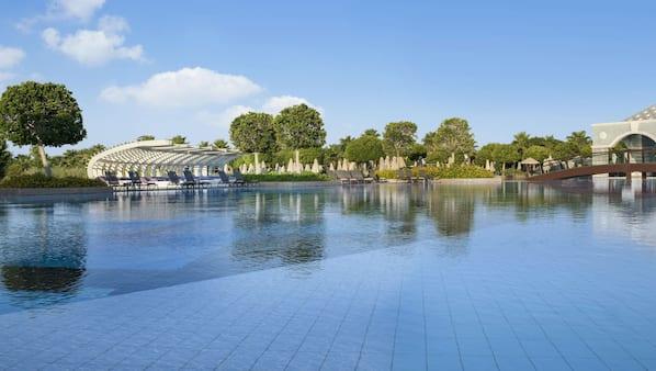 Indoor pool, 4 outdoor pools, free pool cabanas, pool loungers