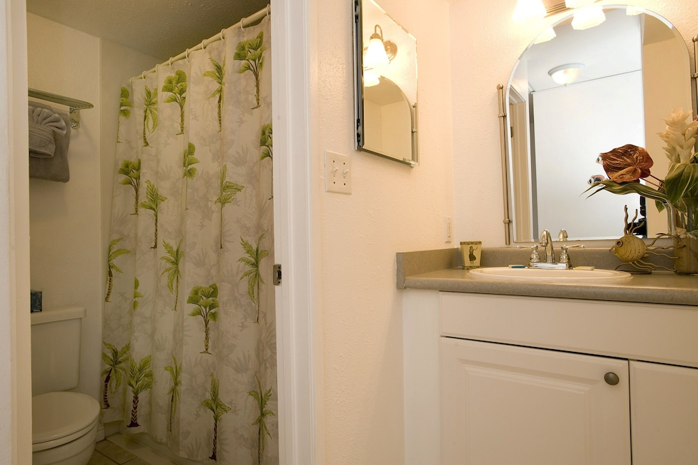 Bathroom, Kihei Akahi by CRH