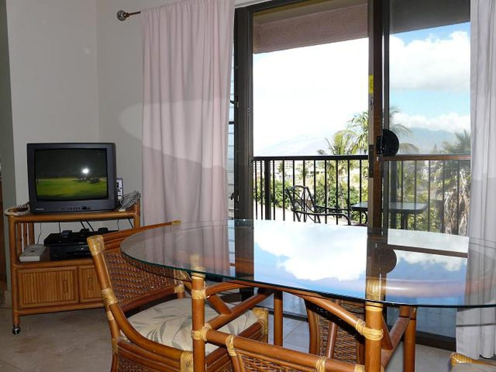 In-Room Dining, Kihei Akahi by CRH