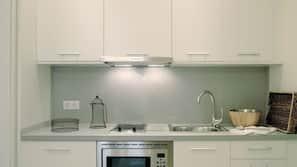 Kühlschrank, Mikrowelle, Kochgeschirr/Geschirr/Besteck