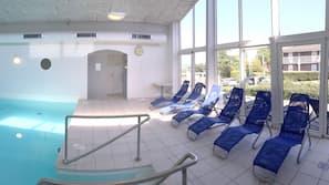 Indendørs pool, åben fra kl. 07.30 til kl. 21.00, liggestole
