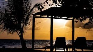 Plage privée, chaises longues, parasols, serviettes de plage