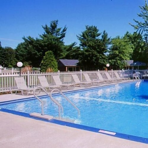 Outdoor Pool, Tallwood Motel Wells