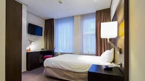 Een kluis op de kamer, een strijkplank/strijkijzer, babybedden