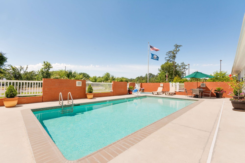 Outdoor Pool, Country Inn & Suites by Radisson, Covington, LA