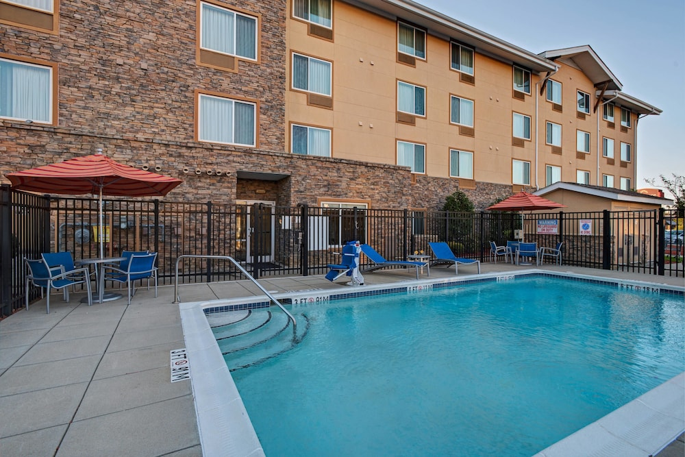 Outdoor Pool, TownePlace Suites Fayetteville Cross Creek