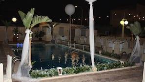Una piscina al aire libre de temporada (de 11:00 a 15:00), sombrillas