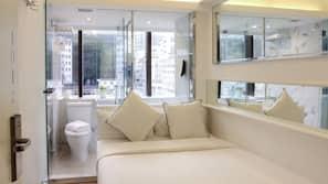 保險箱 (可放手提電腦)、設計每間自成一格、家具佈置各有特色、窗簾