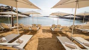 Privatstrand in der Nähe, Liegestühle, Sonnenschirme, Strandtücher