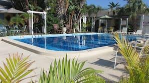 2 piscine all'aperto, lettini