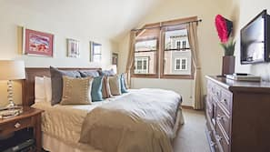 2 bedrooms, Egyptian cotton sheets, premium bedding, down comforters