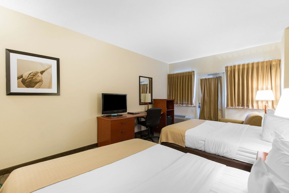 Room, Gateway Hotel & Suites, Ascend Hotel Collection