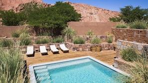 6 piscinas al aire libre, tumbonas