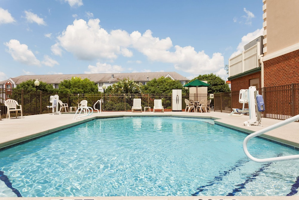 Outdoor Pool, Country Inn & Suites by Radisson, Tifton, GA