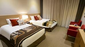 房內夾萬、設計自成一格、窗簾、熨斗/熨衫板