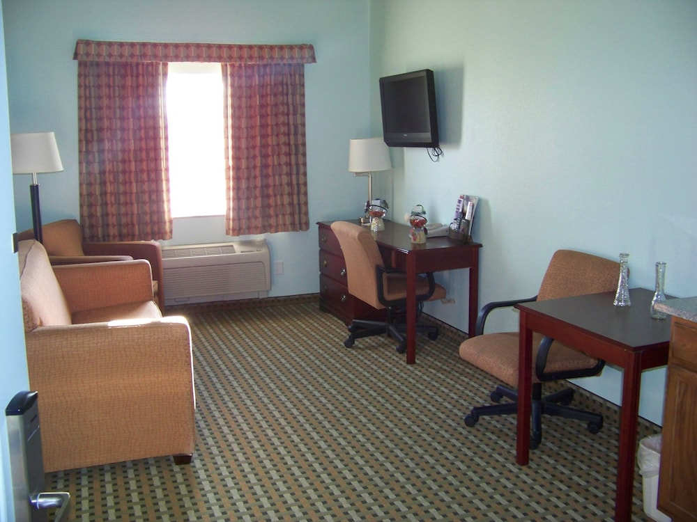 Living Area, Days Inn & Suites by Wyndham Columbus NE
